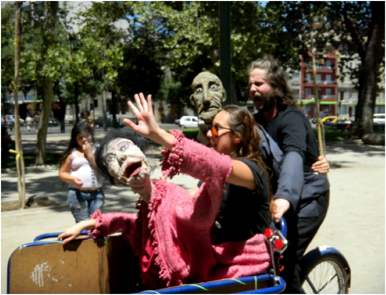 Puppets and trainees in the streets of Santiago de Chile